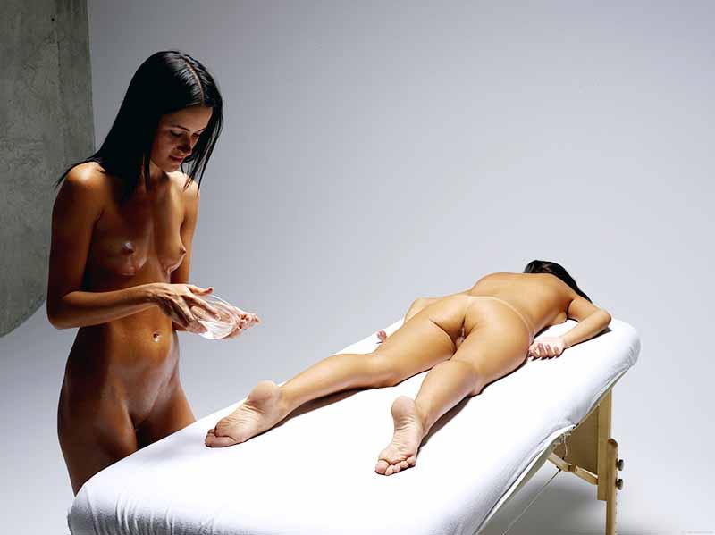 Массаж голых девушек кровати